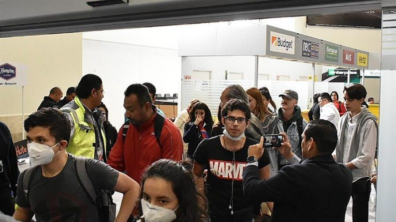 Estudiantes mexicanos provenientes de China fueron registrados este sábado a su llega al aeropuerto de la ciudad de León, en el estado de Guanajuato (México). EFE/Esteban Ortega
