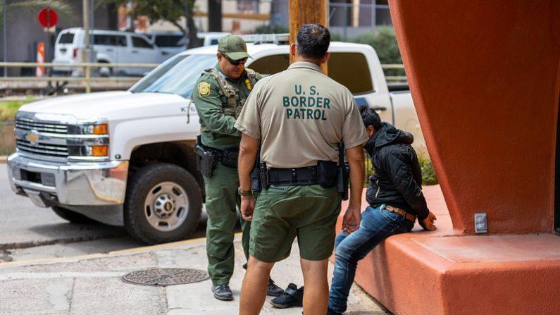 Agentes de la Patrulla Fronteriza de EE.UU. asignados a la Unidad de Bicicletas de Nogales arrestan a un hombre sospechoso de entrar ilegalmente a Estados Unidos al escalar la valla fronteriza interna. (U.S. Customs and Border Protection)