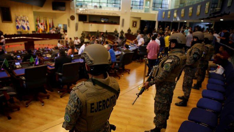 El presidente Bukele ocupa brevemente el Congreso con respaldo de soldados