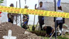 """Exhuman 54 cuerpos de posibles víctimas de ejecuciones conocidas como """"falsos positivos"""" en Colombia"""