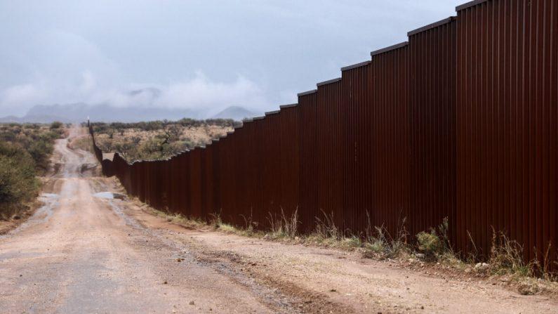 Cerca fronterizo entre Estados Unidos y México, al este de Sasabe, Arizona, el 7 de diciembre de 2018. (Charlotte Cuthbertson/The Epoch Times)
