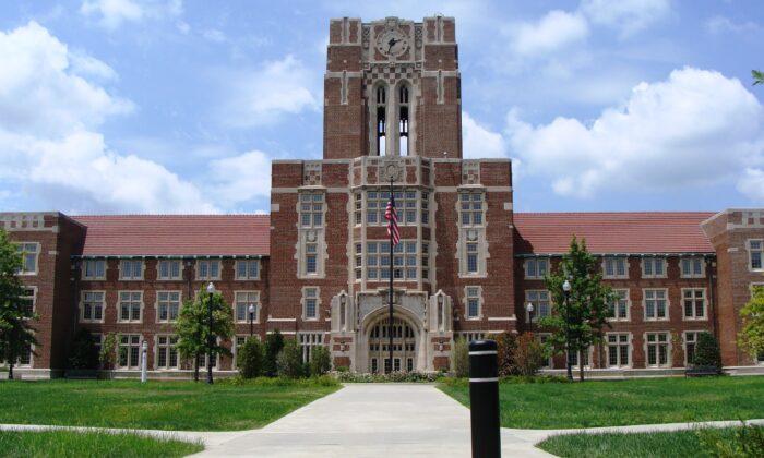 Ayres Hall en la Universidad de Tennessee, Knoxville. Anming Hu, un profesor asociado de la universidad, fue arrestado el 27 de febrero de 2020, por supuestamente mentir sobre su afiliación a una universidad china. (Nightryder84/ CC-BY-3.0/Wikimedia Commons)