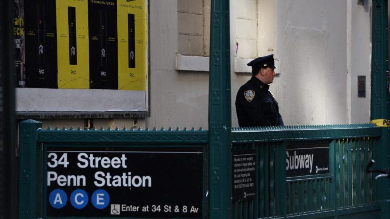 Fotografía de archivo muestra a un oficial del Departamento de Policía de Nueva York fuera de una estación de metro. (Jewel Samad/AFP/Getty Images)
