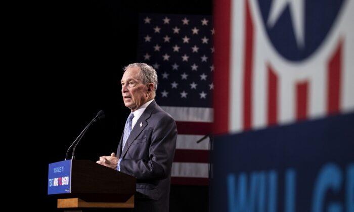 El candidato presidencial demócrata, el exalcalde de la ciudad de Nueva York Mike Bloomberg, pronuncia unas palabras durante un mitin de campaña en Nashville, Tennessee, el 12 de febrero de 2020. (Brett Carlsen/Getty Images)