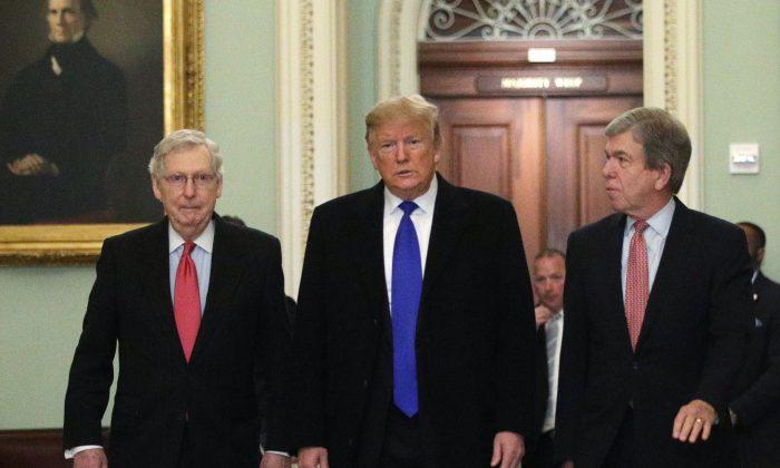 El Presidente Donald Trump (C) camina con el Líder de la Mayoría del Senado, el Senador Mitch McConnell (R-KY) (L), y el Senador Roy Blunt (R-MO) (R) al llegar al Capitolio el 26 de marzo de 2019. (Alex Wong/Getty Images)