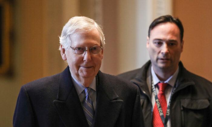 El líder de la mayoría del Senado Mitch McConnell (R-Ky.) llega al Capitolio al comienzo del décimo día del juicio político del presidente Donald Trump en el Capitolio de Washington, el 31 de enero de 2020. (Charlotte Cuthbertson/The Epoch Times)