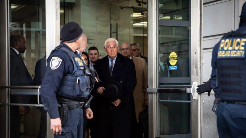 Roger Stone, exasesor del presidente Donald Trump, deja el Tribunal Federal después de una audiencia de sentencia en Washington, el 20 de febrero de 2020. (Samira Bouaou/The Epoch Times)
