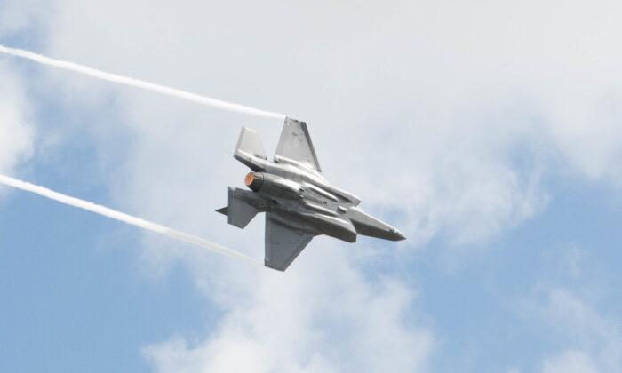 Un vuelo de demostración de un F-35 en el Wings Over Houston Airshow el 20 de octubre de 2019, en Houston, Texas. (Foto de la Fuerza Aérea de los Estados Unidos por el aviador James Kennedy)