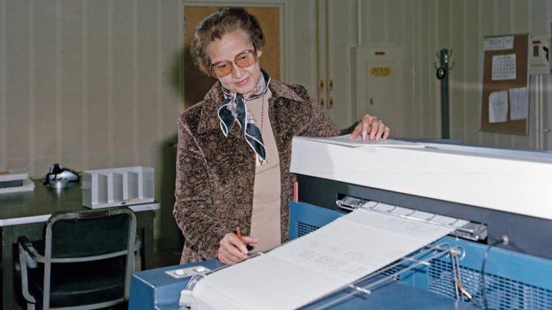 Una foto fechada en 1980 y puesta a disposición por la NASA el 24 de febrero de 2020, que muestra a la matemática investigadora de la NASA Katherine Johnson en el Centro de Investigación Langley en Hampton, Virginia, Estados Unidos. EFE/EPA/NASA