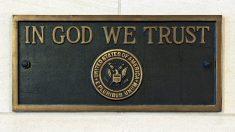 """La ley propuesta de Kansas requeriría que """"En Dios confiamos"""" sea colocado en cada aula"""