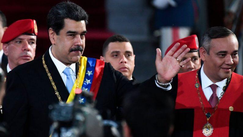El líder chavista venezolano, Nicolás Maduro (izq.) saluda al presidente de la Corte Suprema de Justicia, Maikel Moreno (d), a su llegada para la ceremonia de apertura del año judicial en la Suprema Corte de Justicia de Caracas, el 31 de enero de 2020. (YURI CORTEZ / AFP/ Getty Images)