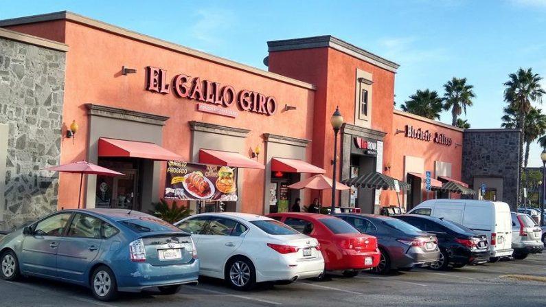 Vista de la fachada de dos restaurantes famosos en el Centro Comercial Plaza México en la ciudad de Lynwood, California (EE.UU.). EFE/Luis Uribe