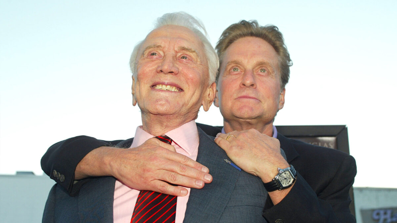 "Kirk y Michael Douglas llegan al estreno de ""It Runs In The Family"" en el Teatro Bruin de Los Ángeles el 7 de abril de 2003. (© Getty Images 