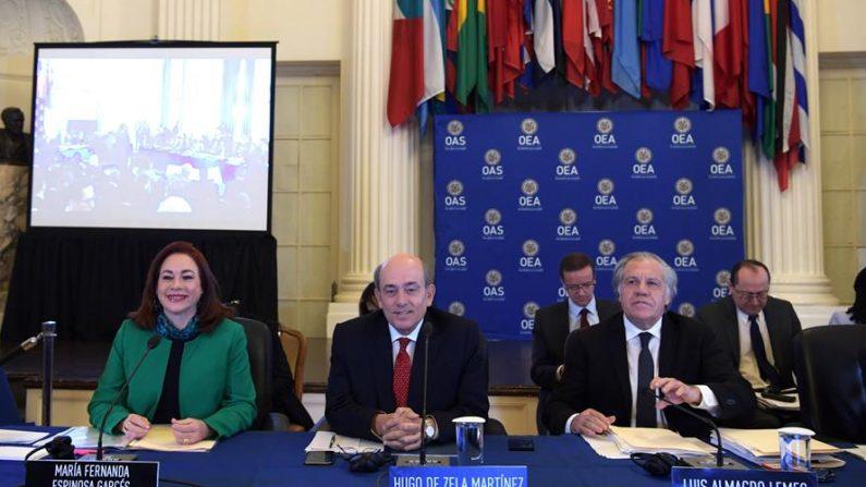 Los aspirantes al puesto de secretario general de la Organización de Estados Americanos (OEA), la ecuatoriana María Fernanda Espinosa (i), el peruano Hugo de Zela (c) y el uruguayo Luis Almagro (d), durante una sesión el 12 de febrero de 2020 en la sede del organismo en Washington (EE.UU.). EFE/ Lenin Nolly