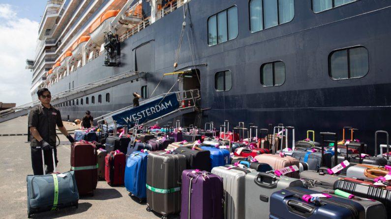 El equipaje de los pasajeros del crucero se descarga del crucero MS Westerdam después de estar varado durante dos semanas, ahora atracado el 14 de febrero de 2020 en Sihanoukville, Camboya. (Paula Bronstein / Getty Images)