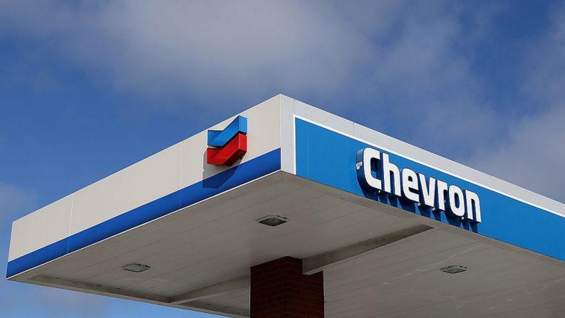 El logotipo de Chevron se muestra en una estación de servicio Chevron el 27 de julio de 2012 en Greenbrae, California (EE.UU.). (Justin Sullivan / Getty Images)