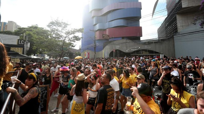 """Vista general de uno de los """"blocos"""" (comparsas callejeras) previos al Carnaval, el 15 de febrero de 2020, en Sao Paulo (Brasil). EFE/ Fernando Bizerra"""