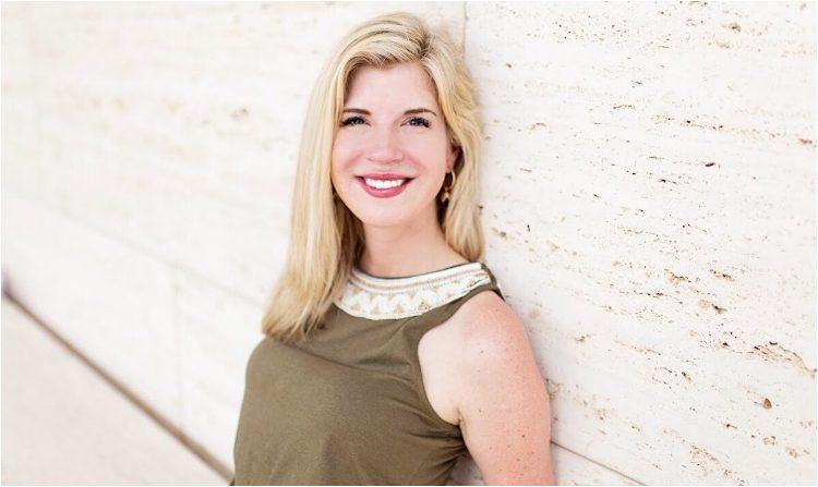 """Tricia Barker es la autora de """"Ángeles en el quirófano: cómo me enseñó la muerte sobre la curación, la supervivencia y la transformación"""". Las memorias relatan su experiencia cercana a la muerte luego de un accidente automovilístico. (Cortesía de Tricia Barker)"""
