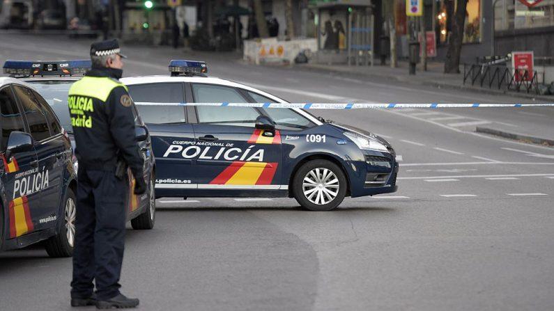 Un policía español hace guardia en la entrada de la calle Genova, cerca de la sede del Partido Popular español en Madrid, España, el 19 de diciembre de 2014. (Gerard Julien / AFP / Getty Images)