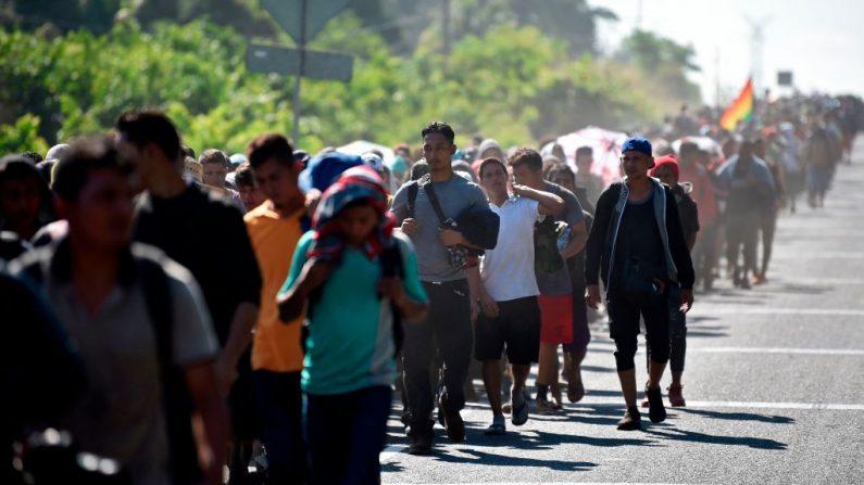 Migrantes centroamericanos, en su mayoría hondureños que se dirigen en una caravana rumbo a EE.UU., caminan desde Ciudad Hidalgo a Tapachula, estado de Chiapas, México, el 23 de enero de 2020. (ALFREDO ESTRELLA / AFP / Getty Images)