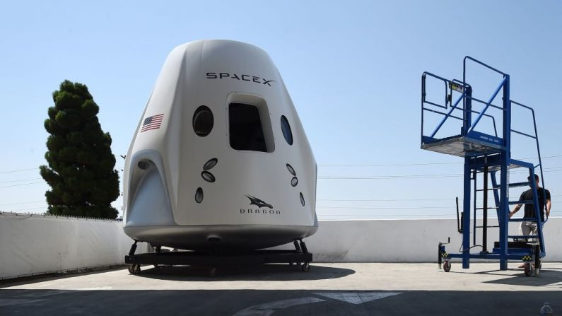 Se muestra una maqueta de la nave espacial Crew Dragon durante un recorrido mediático por la sede de SpaceX y la fábrica de cohetes el 13 de agosto de 2018 en Hawthorne, California, (EE.UU.). (ROBYN BECK / AFP / Getty Images