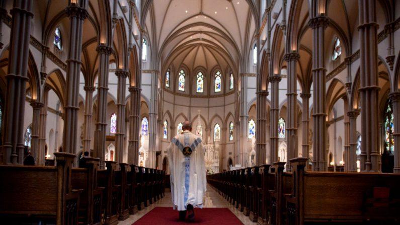 Un padre camina hacia el santuario después de una misa  en la Catedral de San Pablo, la iglesia de la Diócesis de Pittsburgh el 15 de agosto de 2018 en Pittsburgh, Pennsylvania. (Foto de Jeff Swensen/Getty Images)