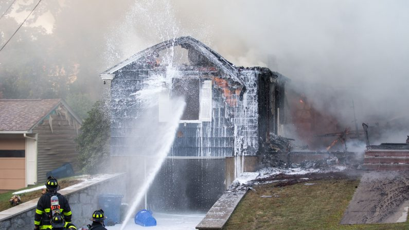 Bomberos trabajan para extinguir un incendio causado por las líneas de gas a presión el 13 de septiembre de 2018 en Lawrence, Massachusetts. (Scott Eisen/Getty Images)