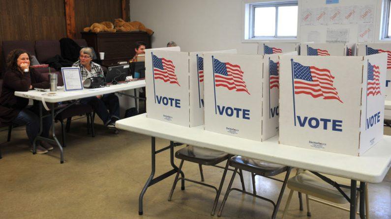 Los trabajadores electorales esperan que los votantes emitan su voto en el condado de Madison en Truro, Iowa, el 6 de noviembre de 2018. (Steve Pope / Getty Images)