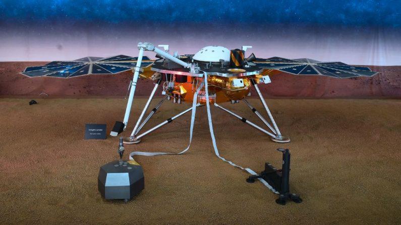 Una réplica del Aterrizaje en Marte InSight se exhibe en el Laboratorio de Propulsión a Chorro (JPL) de la NASA en Pasadena, California, el 26 de noviembre de 2018. (FREDERIC J. BROWN/AFP vía Getty Images)
