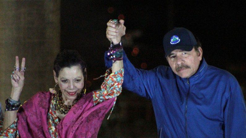 El líder de Nicaragua, Daniel Ortega (d) y su esposa Rosario Murillo, hacen un gesto a la multitud durante la inauguración del paso elevado de Nejapa en Managua el 21 de marzo de 2019. (Maynor Valenzuela / AFP / Getty Images)