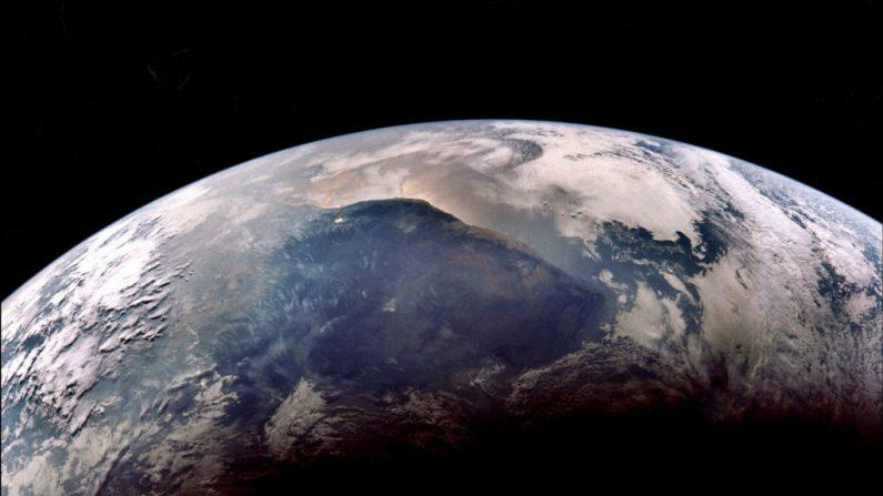 Vista de la tierra fotografiada desde la nave espacial Apolo 11 cuando se acercó a la tierra en su regreso de la luna, el 24 de julio de 1969. (-/AFP vía Getty Images)