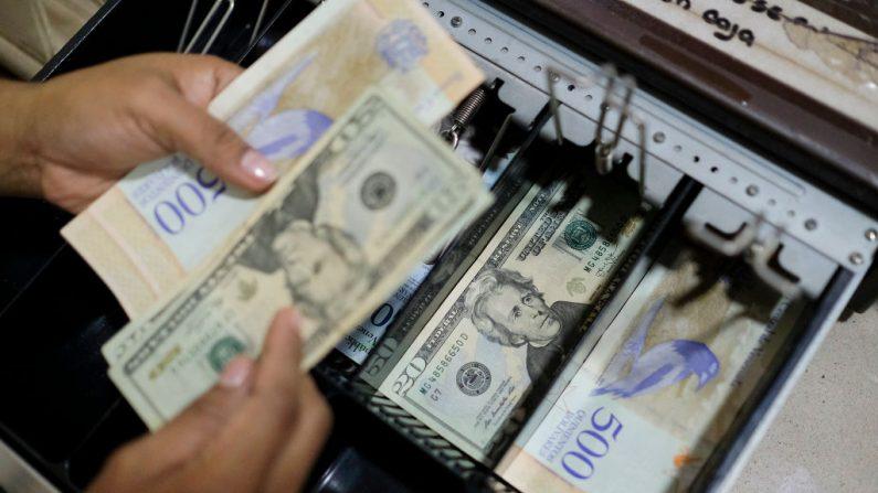 Billetes de 20 dólares son vistos en la caja de una panadería el 26 de junio de 2019 en Caracas, Venezuela. (Foto de Matias Delacroix/Getty Images)