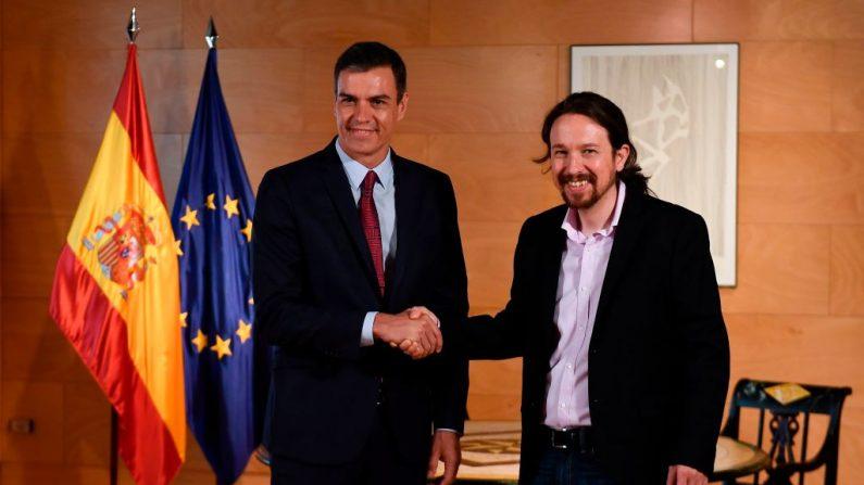 El presidente español, Pedro Sánchez (i), se da la mano con el líder del partido Podemos (d), Pablo Iglesias, a su llegada para una reunión en Las Cortes, en Madrid, el 9 de julio de 2019. (PIERRE-PHILIPPE MARCOU / AFP / Getty Images)