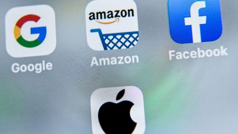 Una foto tomada el 28 de agosto de 2019 muestra el logotipo de la empresa multinacional estadounidense de Internet Google (arriba izquierda), la aplicación de la tienda en línea estadounidense Amazon (arriba centro), el servicio estadounidense de redes sociales Facebook (arriba derecha) y la aplicación de la empresa multinacional estadounidense de tecnología Apple (abajo) que aparece en una tableta en Lille. (DENIS CHARLET / AFP a través de Getty Images)