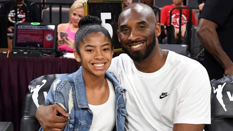Gianna Bryant y su padre, el exjugador de la NBA Kobe Bryant, asisten al Juego de Estrellas WNBA 2019 en el Mandalay Bay Events Center en Las Vegas, Nevada, el 27 de julio de 2019. (Ethan Miller/Getty Images)