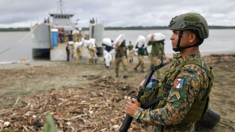 El personal antinarcóticos de Panamá se prepara para incinerar 26.2 toneladas de cocaína y marihuana incautadas en el área de la desembocadura del río Bayano, en las afueras de la ciudad de Panamá, el 20 de septiembre de 2019. (LUIS ACOSTA / AFP / Getty Images)