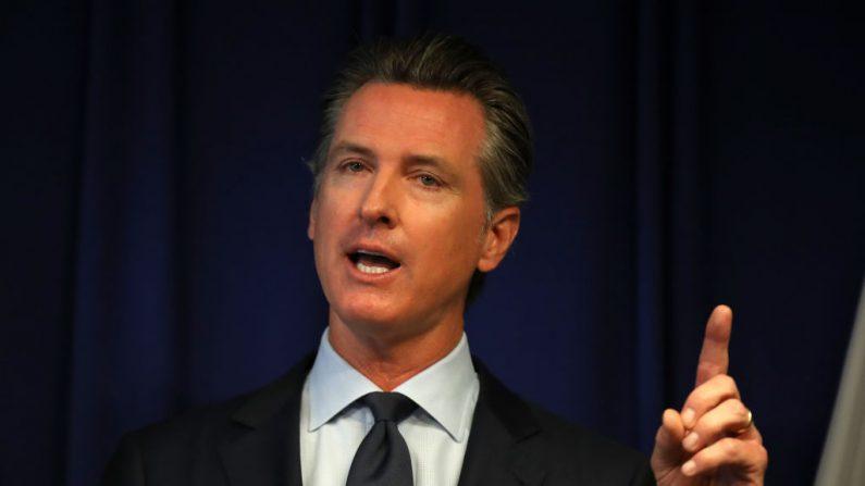 El gobernador de California Gavin Newsom habla en una conferencia de prensa en el departamento de justicia de California el 18 de septiembre de 2019 en Sacramento, California. (Justin Sullivan/Getty Images)