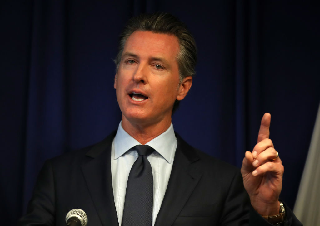 El gobernador de California y su familia entran en cuarentena tras mantener contacto con un positivo