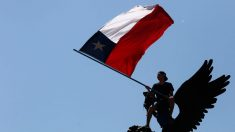 Cubanos exiliados marchan en Chile contra el auge del comunismo