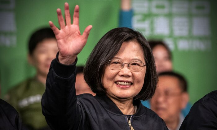 Tsai Ing-Wen saluda a sus partidarios tras su reelección como presidenta de Taiwán el 11 de enero de 2020 en Taipei, Taiwán. (Carl Court/Getty Images)