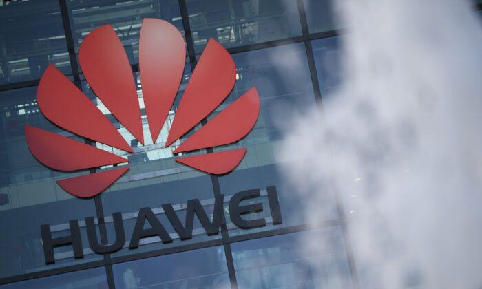 Logo de la compañía china Huawei en sus oficinas principales del Reino Unido en Reading, al oeste de Londres, el 28 de enero de 2020. (DANIEL LEAL-OLIVAS/AFP a través de Getty Images)