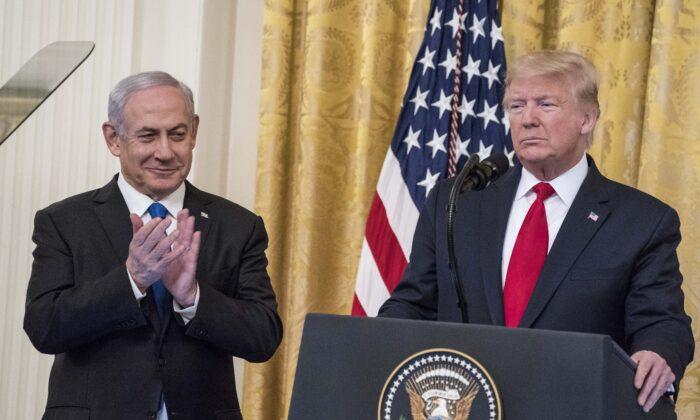 El presidente Donald Trump y el primer ministro israelí Benjamin Netanyahu participan en una declaración conjunta en el Salón Este de la Casa Blanca, el 28 de enero de 2020. (Sarah Silbiger/Getty Images)