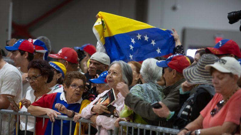 Los partidarios esperan al presidente encargado de Venezuela, Juan Guaidó, donde hablará en un evento el 1 de febrero de 2020 en Miami, Florida, EE.UU. (Saul Martinez / Getty Images)