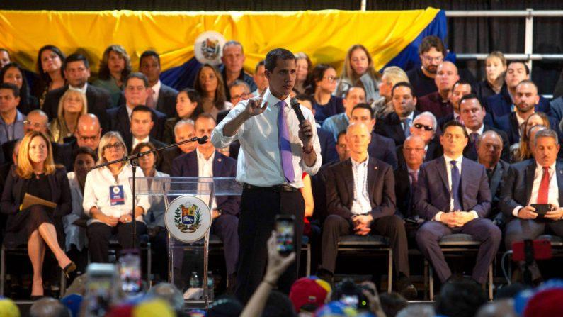 Juan Guaido, presidente encargado de Venezuela, habla en un evento el 1 de febrero de 2020 en Miami, Florida. (Saul Martinez / Getty Images)