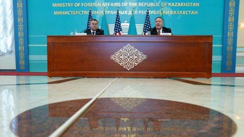 El Secretario de Estado de EE.UU. Mike Pompeo celebra una conferencia de prensa conjunta con el Ministro de Asuntos Exteriores de Kazajstán, Mukhtar Tleuberdi, en el Ministerio de Asuntos Exteriores en Nur-Sultan el 2 de febrero de 2020. (KEVIN LAMARQUE/POOL/AFP vía Getty Images)