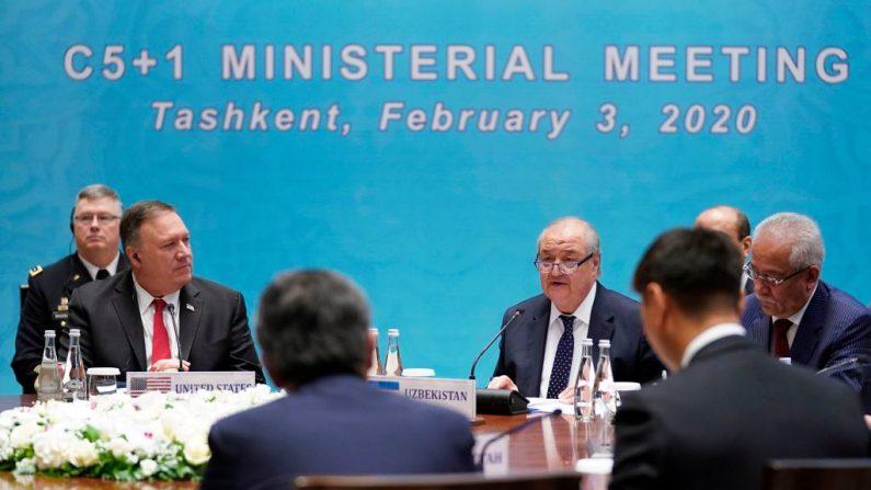 El Secretario de Estado de los EE.UU. Mike Pompeo escucha al Ministro de Relaciones Exteriores de Uzbekistán, Abdulaziz Kamilov, durante una reunión ministerial del C5+1 en Tashkent el 3 de febrero de 2020. (KEVIN LAMARQUE/POOL/AFP vía Getty Images)