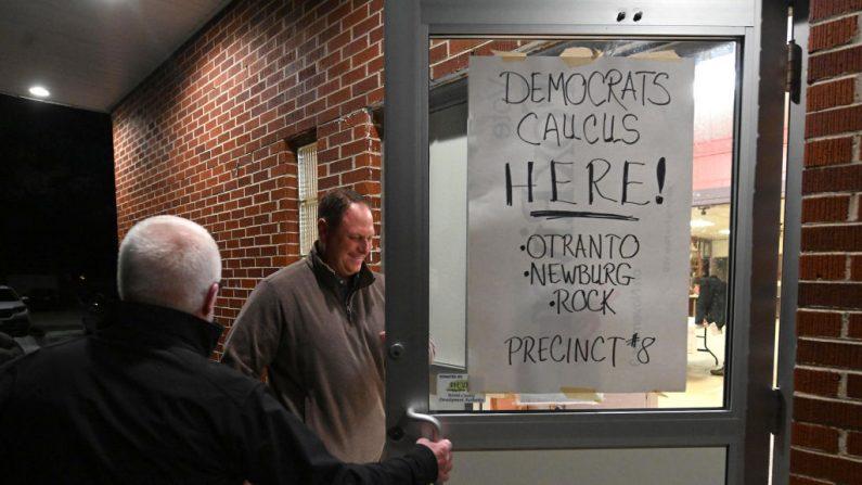 Los asistentes al caucus llegan el 3 de febrero de 2020 a Carpenter, Iowa. Iowa es el primer lugar de la contienda en el proceso de la candidatura presidencial de 2020. (Steve Pope/Getty Images)