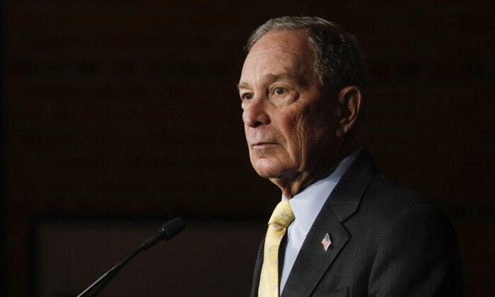 El candidato presidencial demócrata Mike Bloomberg celebra un mitin de campaña en Detroit, Michigan, el 4 de febrero de 2020. (Bill Pugliano/Getty Images)
