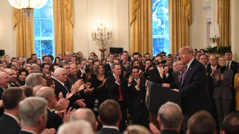 El presidente Donald Trump habla sobre su juicio por juicio político en el Senado en la Sala Este de la Casa Blanca en Washington el 6 de febrero de 2020. (Saul Loeb/AFP a través de Getty Images)