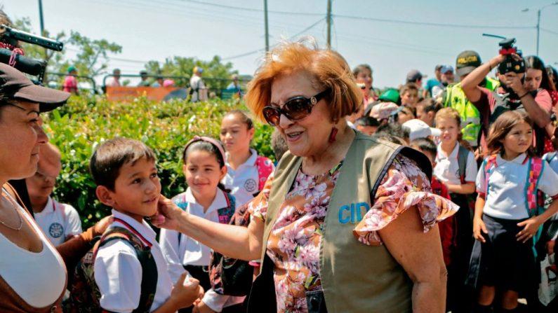 Esmeralda Arosemena de Troitino, directora de la Comisión Interamericana de Derechos Humanos (CIDH), saluda a los estudiantes venezolanos en el Puente Internacional Simón Bolívar en Cúcuta, Colombia, en la frontera con Venezuela, el 6 de febrero de 2020. (SCHNEYDER MENDOZA / AFP / Getty Images)